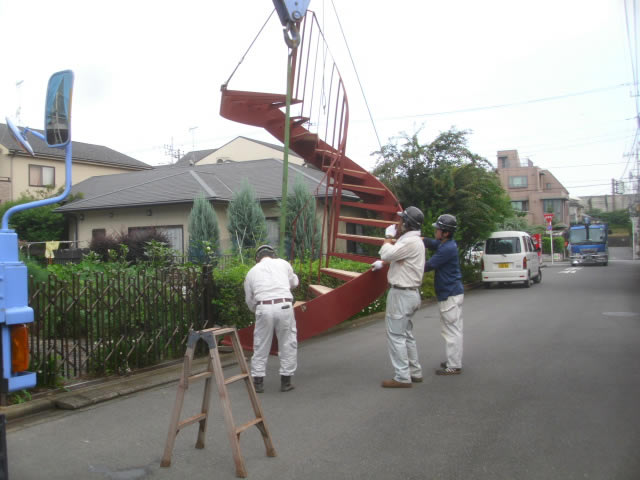 クレーン重機によるらせん階段の吊り上げ