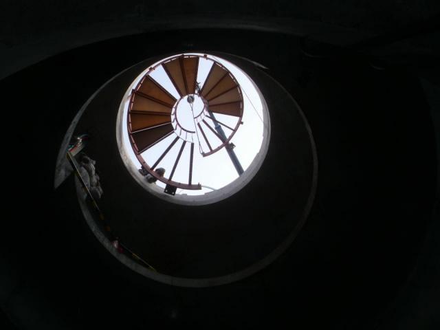 らせん階段の重機吊り下ろし