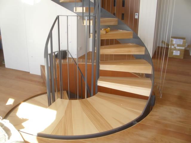 室内に設置されたらせん階段
