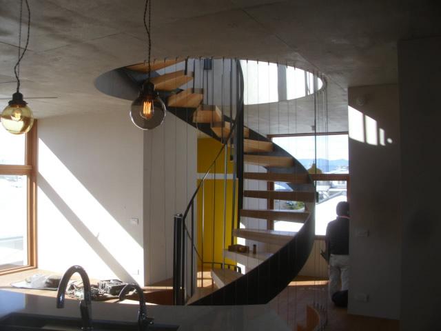 灯台の階段をイメージした、室内のらせん階段