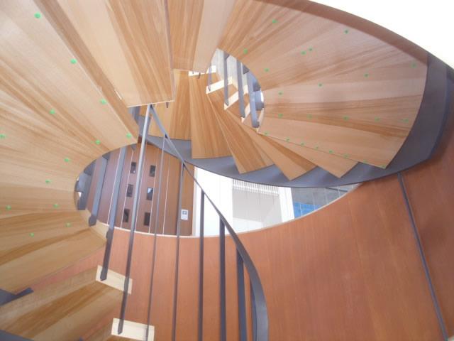 下から見上げるらせん階段