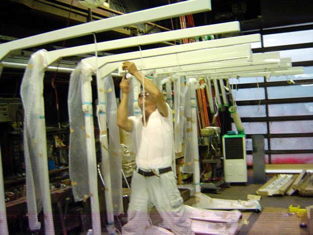 工場や倉庫で自由自在に光を運ぶ照明スタンド