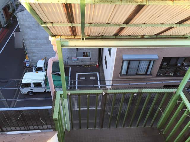 老朽化した階段屋根