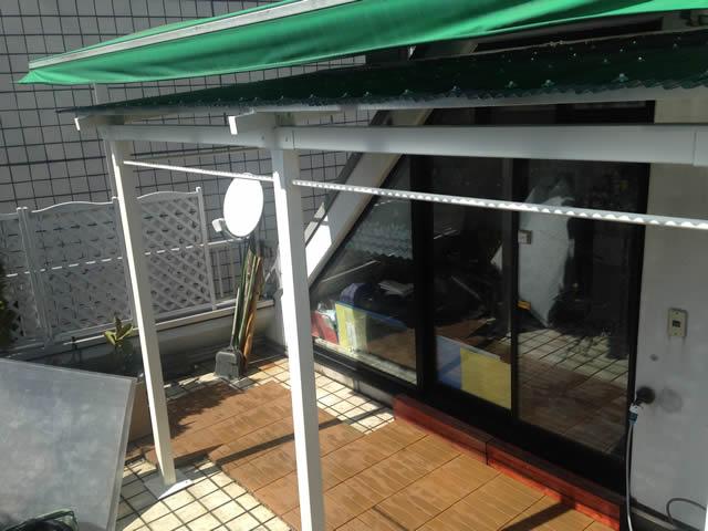 オーニングテントの下の屋根
