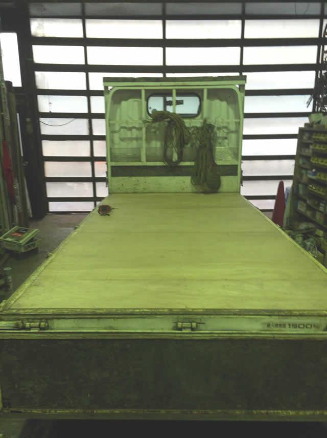 トラック荷台の床板をベニヤ材にした