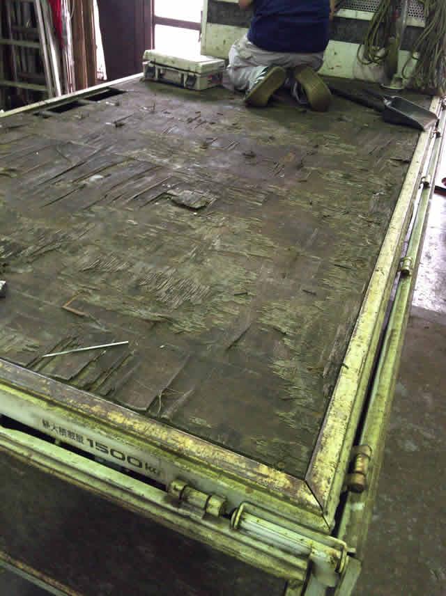腐食したトラック荷台の床板