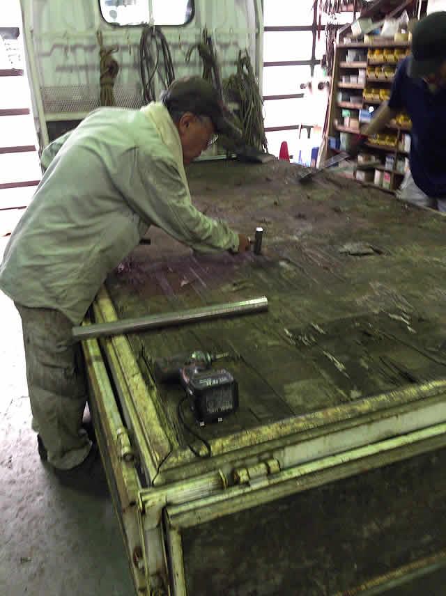トラックの床板を撤去
