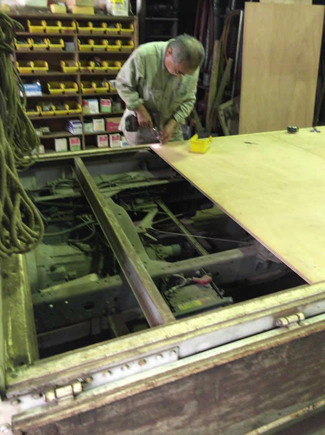 耐水ベニヤ材でトラック荷台を交換