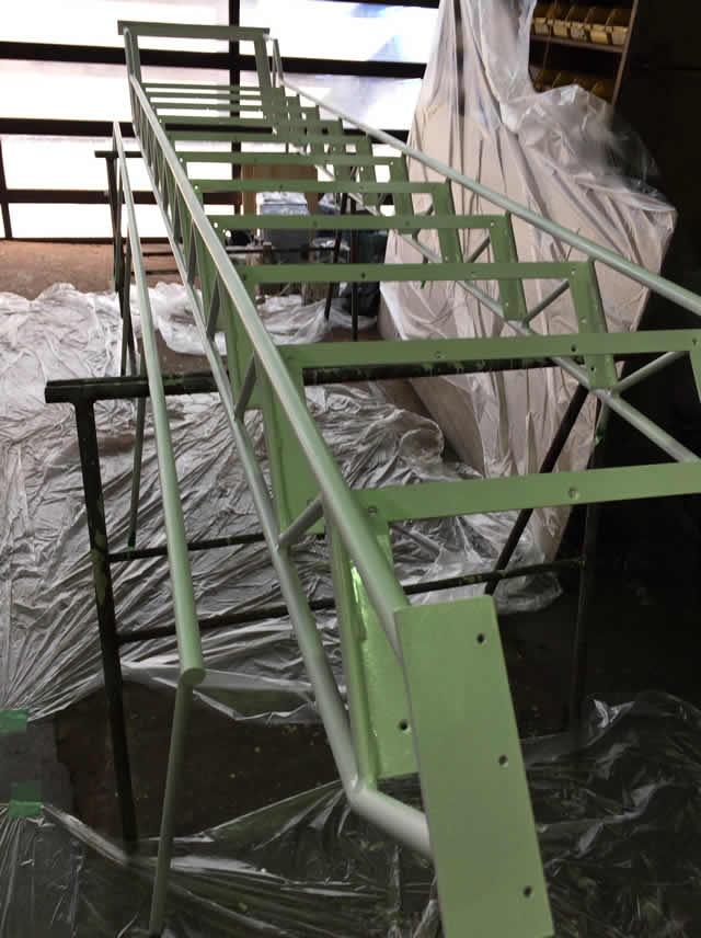 工場内で白く塗装された鉄骨階段