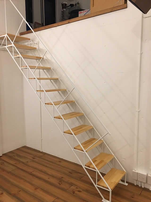室内のおしゃれなスケルトン階段
