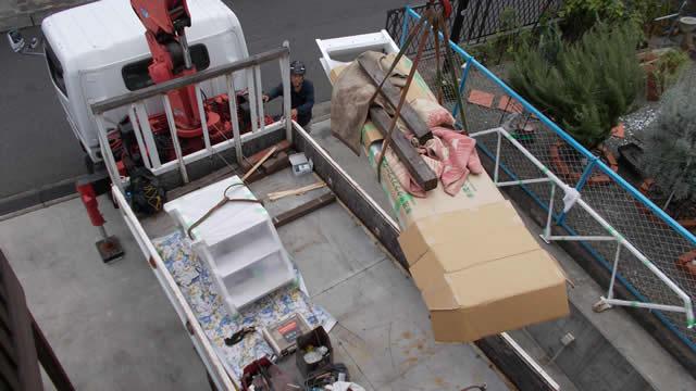 重機で荷揚げする室内の鉄骨階段