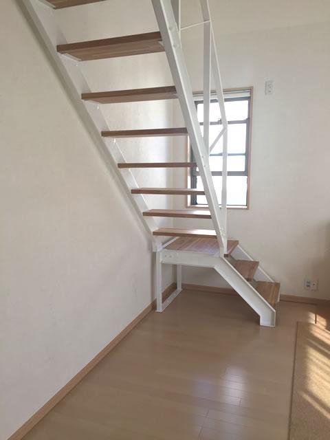 圧迫感のない鉄骨階段と木製段板の組み合わせ