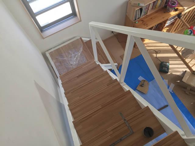 オシャレな木板を使用した鉄骨階段