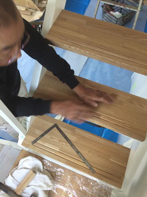 木ビスを使って鉄骨階段に木製段板を組合せる