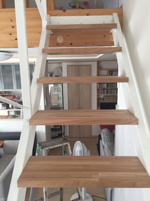 木製段板を使った室内の鉄骨階段