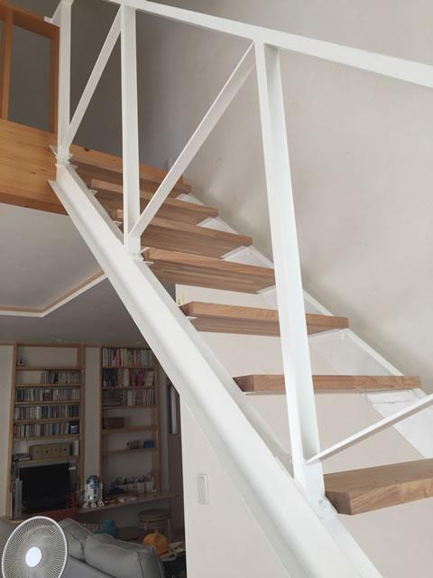 茶色の段板と白いフレームの階段