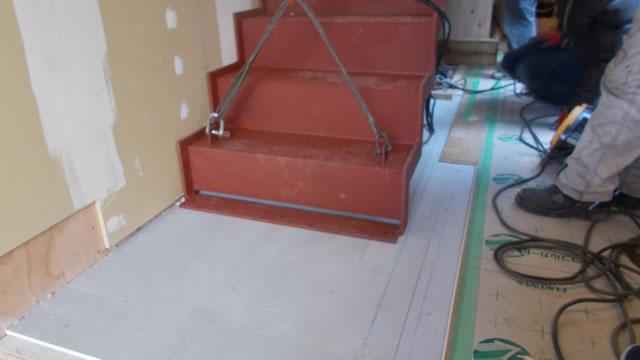 鉄骨階段の足元の固定