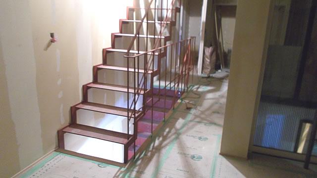 屋内の鉄骨階段