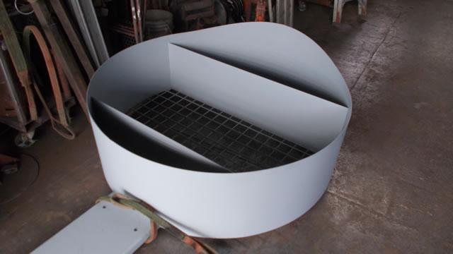 鉄製薪置き場を工場で製作