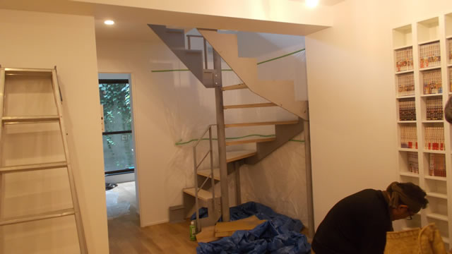 室内の鉄階段の設置中