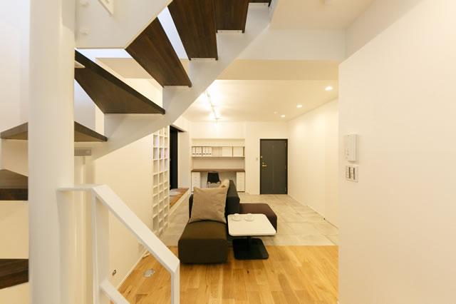 室内に設置された階段とリビング